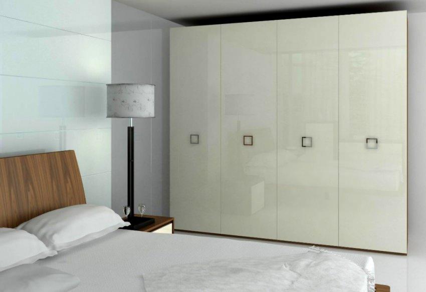 Белые глянцевые шкафы для спальни.
